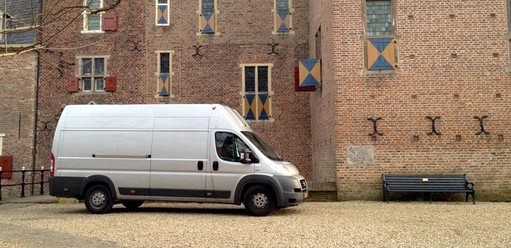Zilveren Fiat Ducato bus van Buro Bergmans Kunsttransport voor kasteel Doorwerth